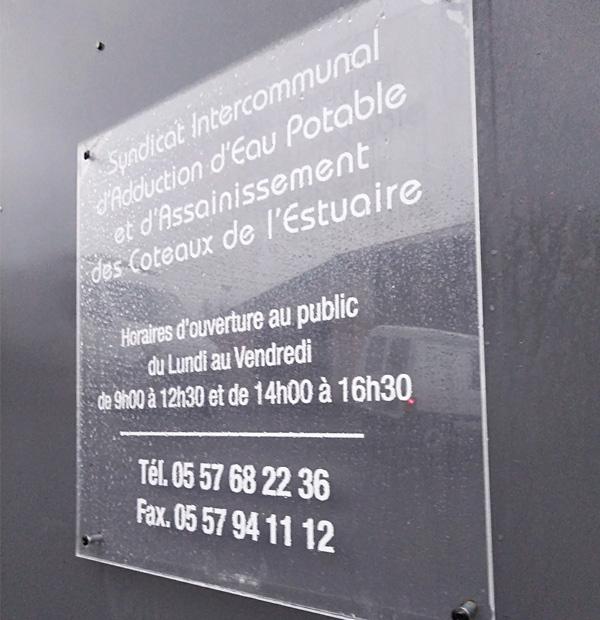 signaletique enseigne plaque plexiglass
